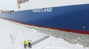 Watch: Here's How Maritime Pilots Board Vessels During Winter in Finland